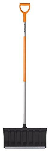 Fiskars Schneeschieber für flache Schneeschichten, Blattbreite: 54 cm, Kunststoff-Blatt/Aluminium-Stiel, Schwarz/Orange, SnowXpert, 1003471